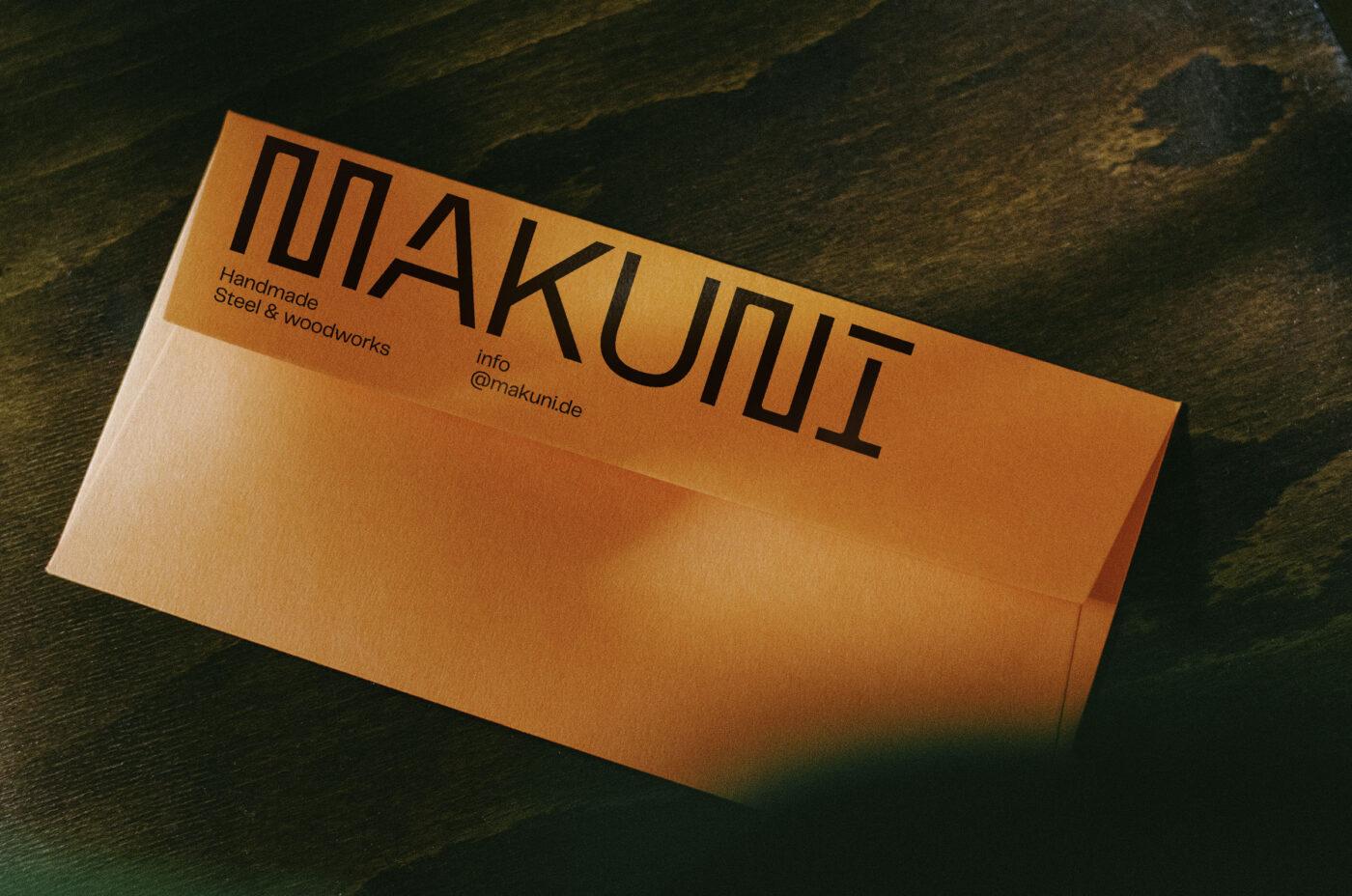 orangenes kuvert der Firma makuni