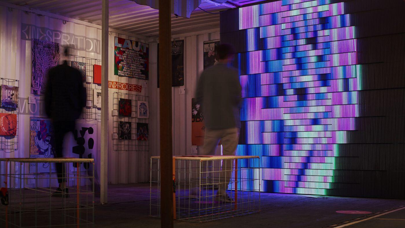 Lichtinstallation von Pfadfinderei in der Grafik Ausstellung auf dem Reeperbahn festival in hamburg von Bareis und Nicolaus