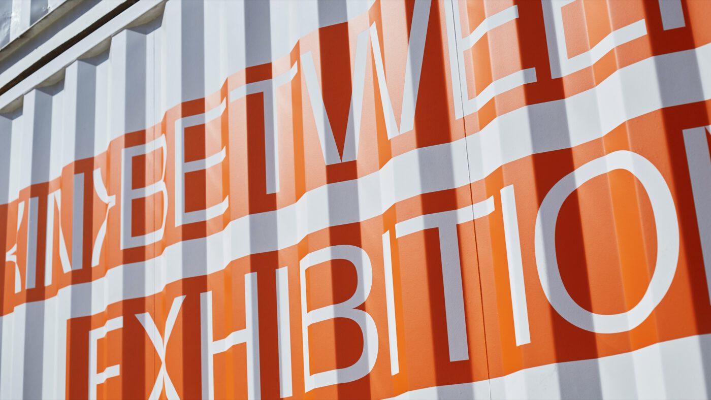 In Between exhibition Schriftzug auf dem container des Reeperbahn festivals in hamburg