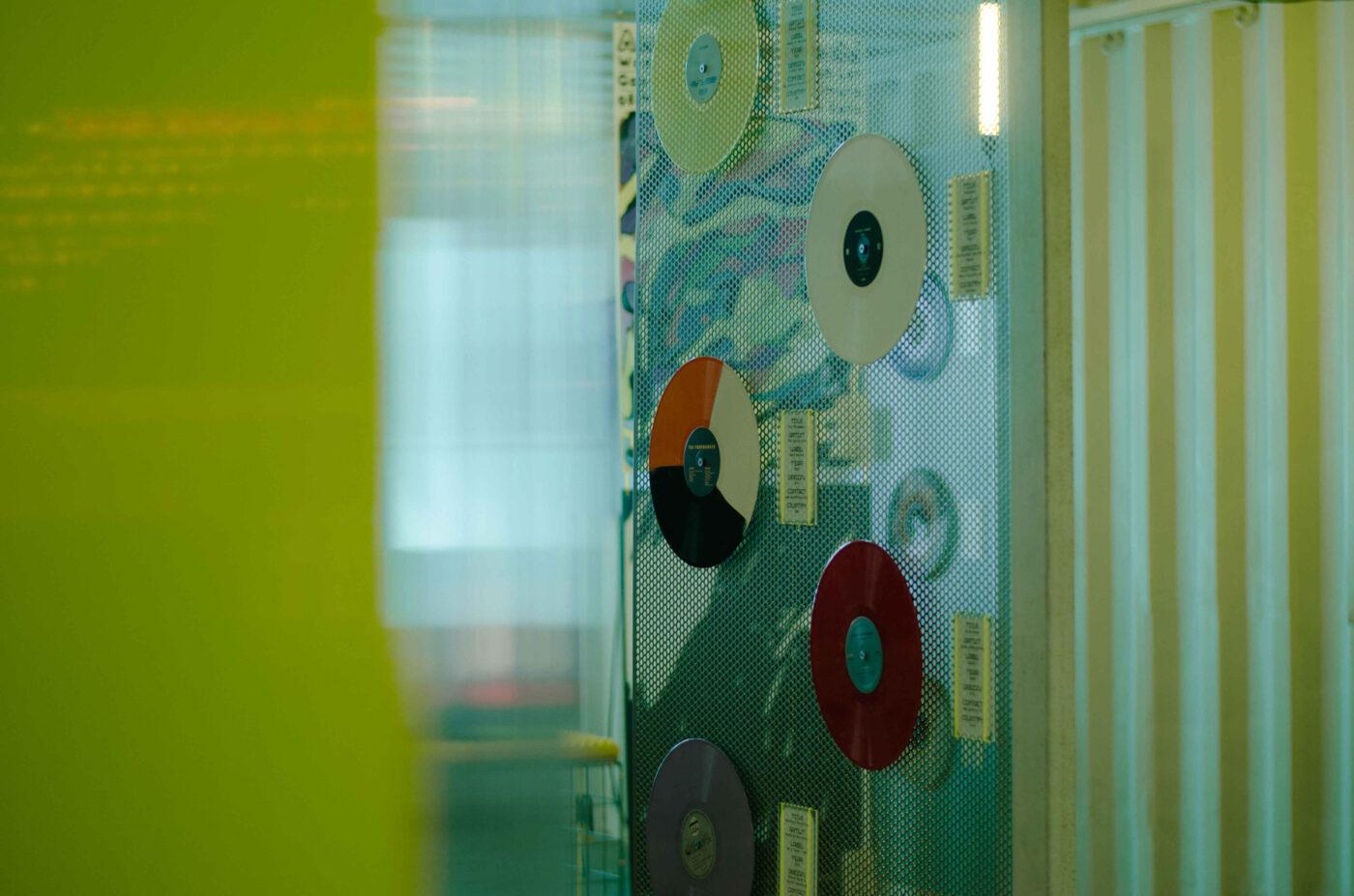 Farbige Schallplatten haengen in der Ausstellung in between auf dem Reeperbahn festival in hamburg 2021