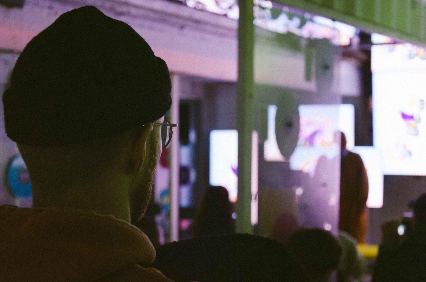 artist talk von Pia Graf beim Reeperbahn festival 2021 in hamburg. als teil der Ausstellung in between von Bareis und Nicolaus