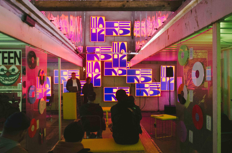 ein Vortrag des niederlaendischen Designstudios studio Dumbar in der Ausstellung in between auf dem Reeperbahn festival in Hamburg 2021