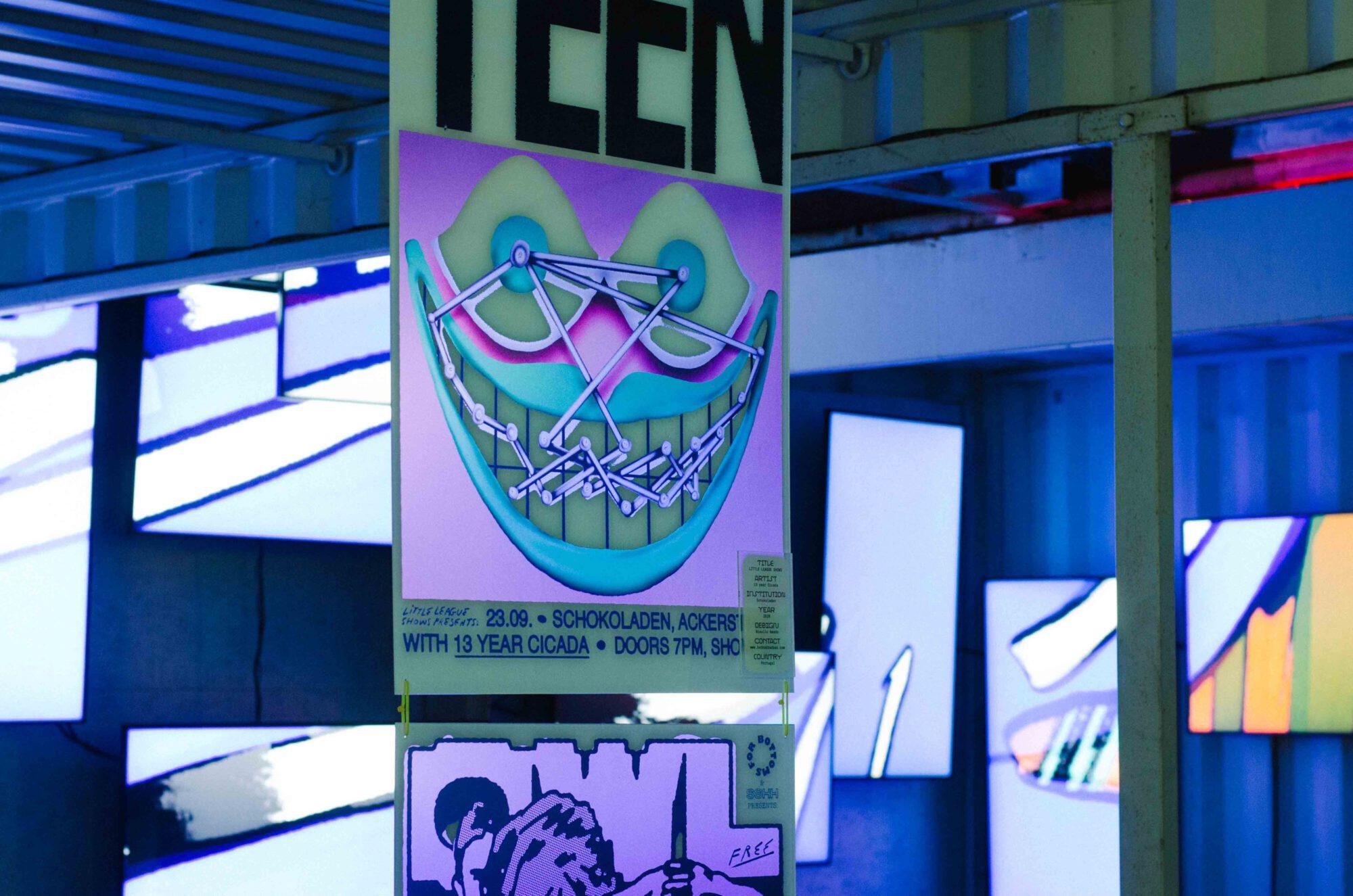 ein Plakat haengt vor einer Lichtinstallation der Ausstellung in between auf dem reeperbahn festival in hamburg 2021 gestaltet von baraeis + Nicolaus